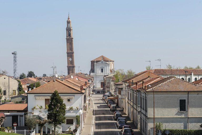 La pendenza del campanile della chiesa è ben visibile da lontano.